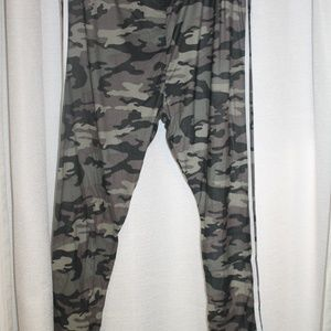 Pants - 2x CAMO STRIPED HIGH WAISTED LEGGINGS